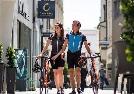 Rennradfahrer in der Fußgängerzone Wels