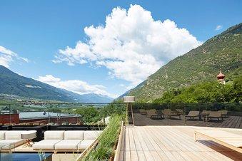 Dachterrasse mit Blick auf die umliegenden Berge