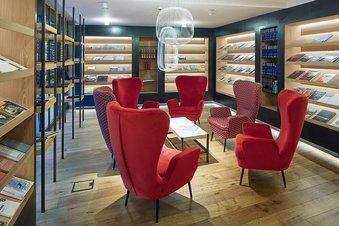 Bibliothek mit spannenden Themenbereichen im Hotel Lindenhof